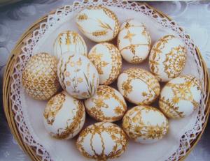 kiaušinių marginimas šiaudais