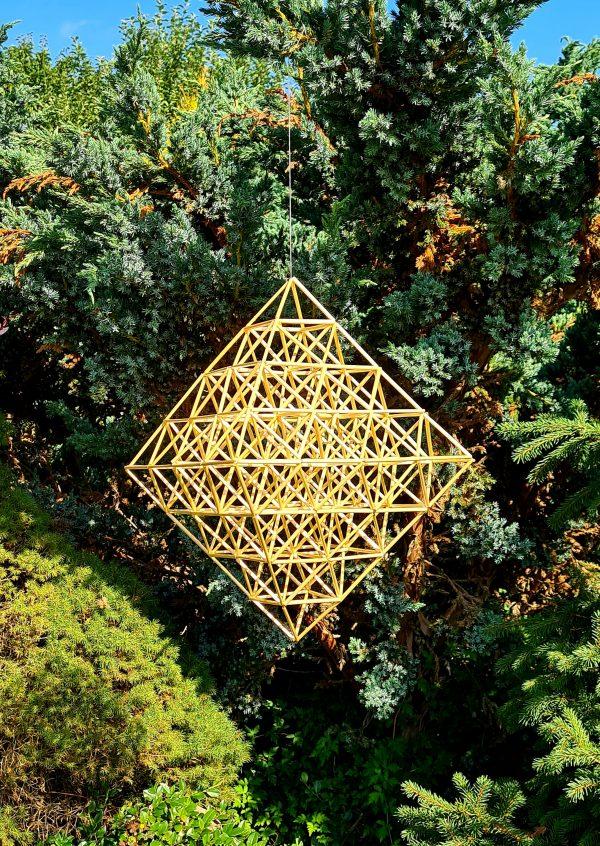 Kūrybinį Šiaudinio sodo vėrimo rinkinį sudaro: javų šiaudeliai, lininis siūlas, adata ir instrukcija kaip verti sodą (lietuvių arba anglų kalbomis) Rinkinys sudarytas tik iš draugiškų aplinkai medžiagų ir supakuotas į draugišką aplinkai kartoninę dėžutę. Didžiąją sodo vėrimo dalį sudaro žaliavos paruošimas, šis rinkinys leidžia pasinerti į kūrybinius darbus pamirštant pasiruošimą. Šiaudinio sodo vėrimui naudojami paruošti vienodo ilgio javų šiaudeliai
