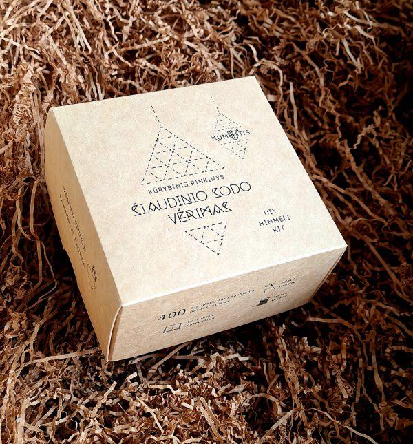 Kūrybinį šiaudinio sodo vėrimo rinkinį sudaro: ~ 400 vnt. ~8 cm ilgio javų šiaudelių rankdarbiams; Detali instrukcija, kaip suverti tradicinį šiaudinį sodą lietuvių arba anglų* kalbomis; adata; lininis siūlas.
